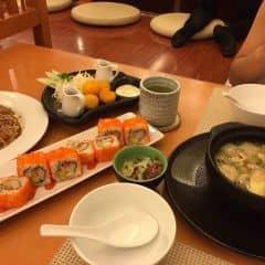 Soup thịt heo và mỳ udon thịt bò mỹ rất ngọt và đậm vị, sushi cay nhẹ vs vị thanh thanh ngậy ngậy của bơ cùng thanh cua, khoai rán mềm mịn với vỏ vàng ruộm ngon cực luôn, còn cả trà xanh nhật bản rất thơm nữa, bánh xèo có hơi ngấy chút thôi 😋😚