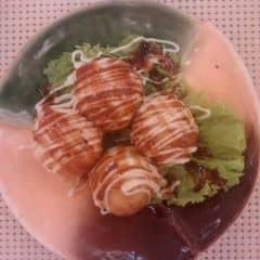 Takoyaki ngon nhất mình từng được ăn, so với mấy hàng lề đường thì phải gọi cái này bằng cụ. Bột mềm dai mà không bở, nhân bạch tuột rõ to dai dòn ngọt ngọt, cắn phập một miếng vừa nóng vừa phê. Lúc nào cũng đánh giá cao nhân viên và thiết kế của Tokyo Deli, vừa đẹp vừa sang xứng với số tiền mình bỏ ra.