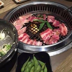 quán nướng của Nhật Bản thì chắc ko cần bàn, giá cả hơi đắt 1 chút nhưng mà ăn ngon, phục vụ nhiệt tình, buffee nướng nhé Giá cả: 249k/ người (tuy nhiên set này ko có lẩu và mất đi 1 số món nướng ngon như bánh xèo, cá hồi              349k/ người (bao gồm mọi thứ và có lẩu)  Giá trên chưa bao gồm nước uống
