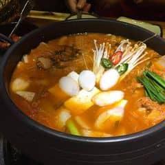 """Sau khi ăn thịt nướng, nếu """"còn bụng"""" thì bạn có thể ăn thêm lẩu, có lẩu bò Bulgogi và lẩu kimchi. Giá buffet là 299k/người. Được tặng thêm 1 suất trong dịp khai trương nhà hàng khi đăng ký tại đây: http://gogi.com.vn/voucher/khai-truong-gogi-ha-dong/"""