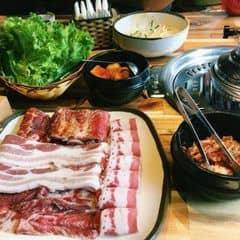 Thịt nướng Hàn Quốc có hương vị rất thơm ngon, là món khoái khẩu của nhiều bạn trẻ. Từng miếng thịt nướng nóng hổi đậm đà hương vị được nướng cháy xém, sau đó chấm với nước sốt. @ @