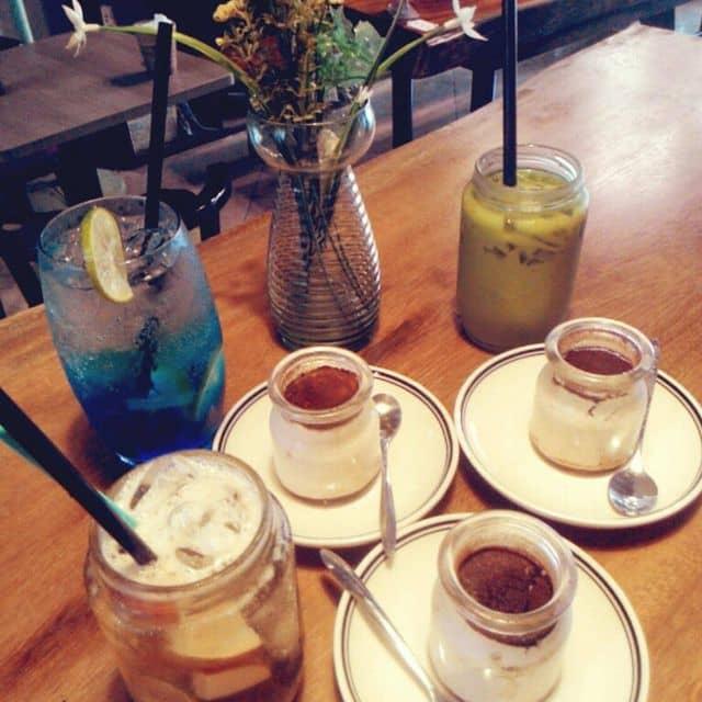 Tiramisu và trà táo, soda, trà sữa thái xanh của Bun Rất Nhỏ tại Doric Coffee - 151 Nguyễn Văn Cừ - 68293
