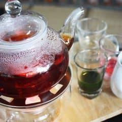 Nhìn rất đẹp mắt nhé :D ưng quá đi mất :x Bên trong là trà nè, ngoài là chút siro táo và nước hoa hồng cực thơm hehe . Cái thớt được rắc cả hoa khô khác là đepj và cẩn thận :x