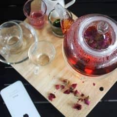siêu lung lilnh luôn, một buổi trà chiều trời lành lạnh bên ấm trà trong suốt bằng thủy tinh với mùi hoa hồng thơm thơm của trà tỏa ra, bên cạnh đó là một chút siro táo và đường để bonus thêm , thật tuyệt nếu có thêm 1 cuốn sách