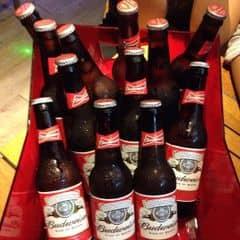 Đi đông gọi luôn nguyên két uống cho đã :))) Bia ướp lạnh sẵn nên uống đã khát hơn bình thường. Bia ngoại nên ko dễ say bằng, vị khá nhẹ. Làm thêm vài món mồi nữa hết xảy :3 Giá rẻ hơn nhiều so với một số pub khác, nhạc hay nữa.