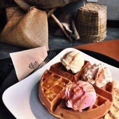 Full bộ như này thì 90k, mà mua lẻ thì 30k, đi đông thì gọi xừ đĩa full như này cho rẻ. Waffle ở đây đúng kiểu mềnh thích, to dày mà ko bị khô, cũng ko bị cháy như ở the kafe.  #lozi #lozihanoi #angelinus #lotte