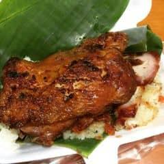 Xôi gà xá xíu chợ Bà Chiểu  Thịt xá xíu ăn ngon hơn bên Singapore, da gà thì ngon, bóc tách da mỏng dính và giòn tan như vịt quay nướng lá móc mật. Nhìn tổng quát là đã rớt nước miếng, tuy nhiên ăn gà phải ăn bằng tay không thì phí của giời. Kfc đã từng ra dòng sản phẩm gà như này, đáng lẽ phải viết đơn bái sư, sát nhập xin công thức.  #chắcaiđósẽđói