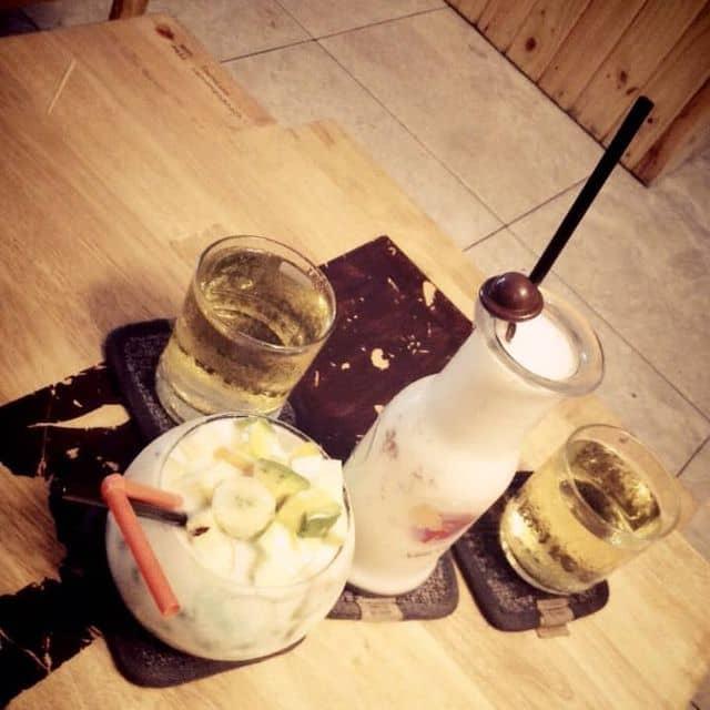 Yagourt trái cây và sinh tố dừa của Chung Chù tại Lười Cafe - Nguyễn Đình Chính - 126597